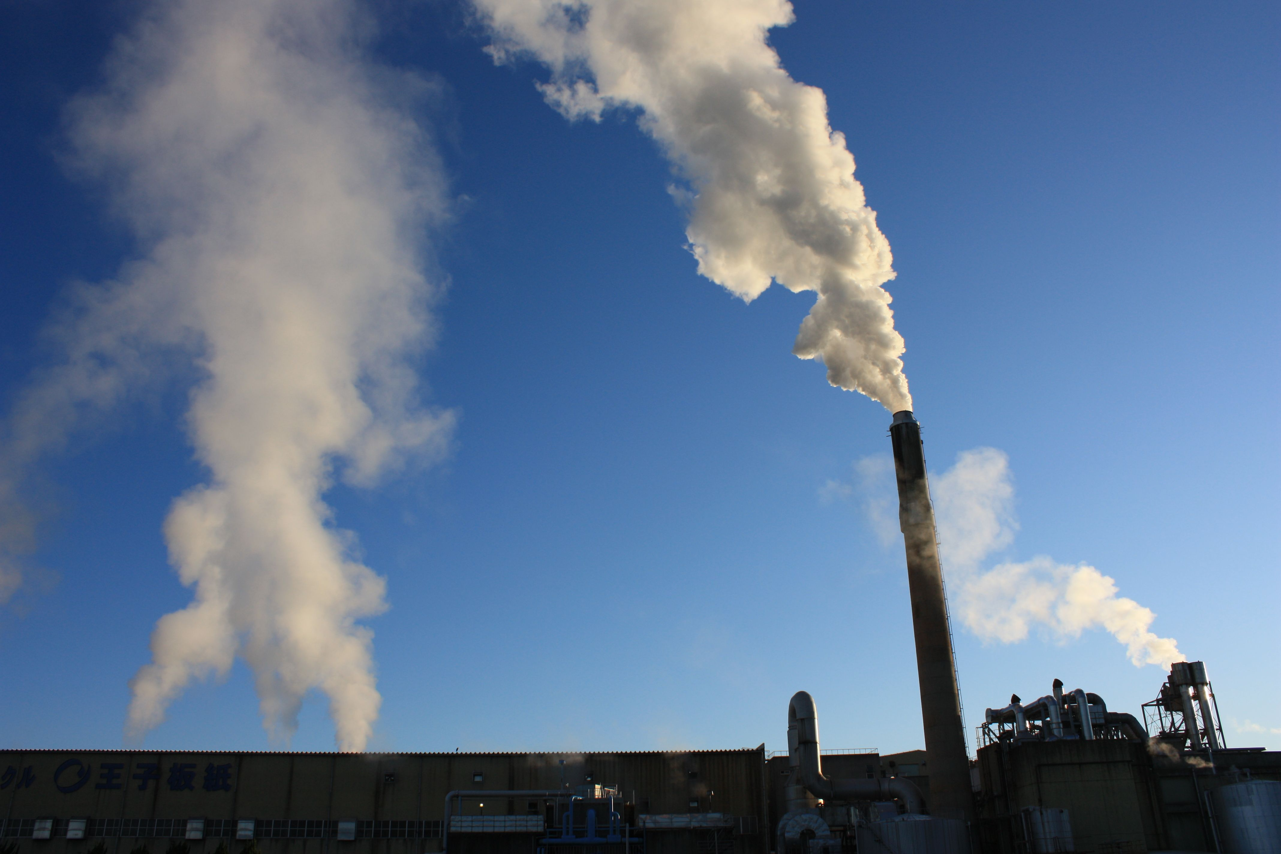王子製紙恵那工場の煙突から白い煙