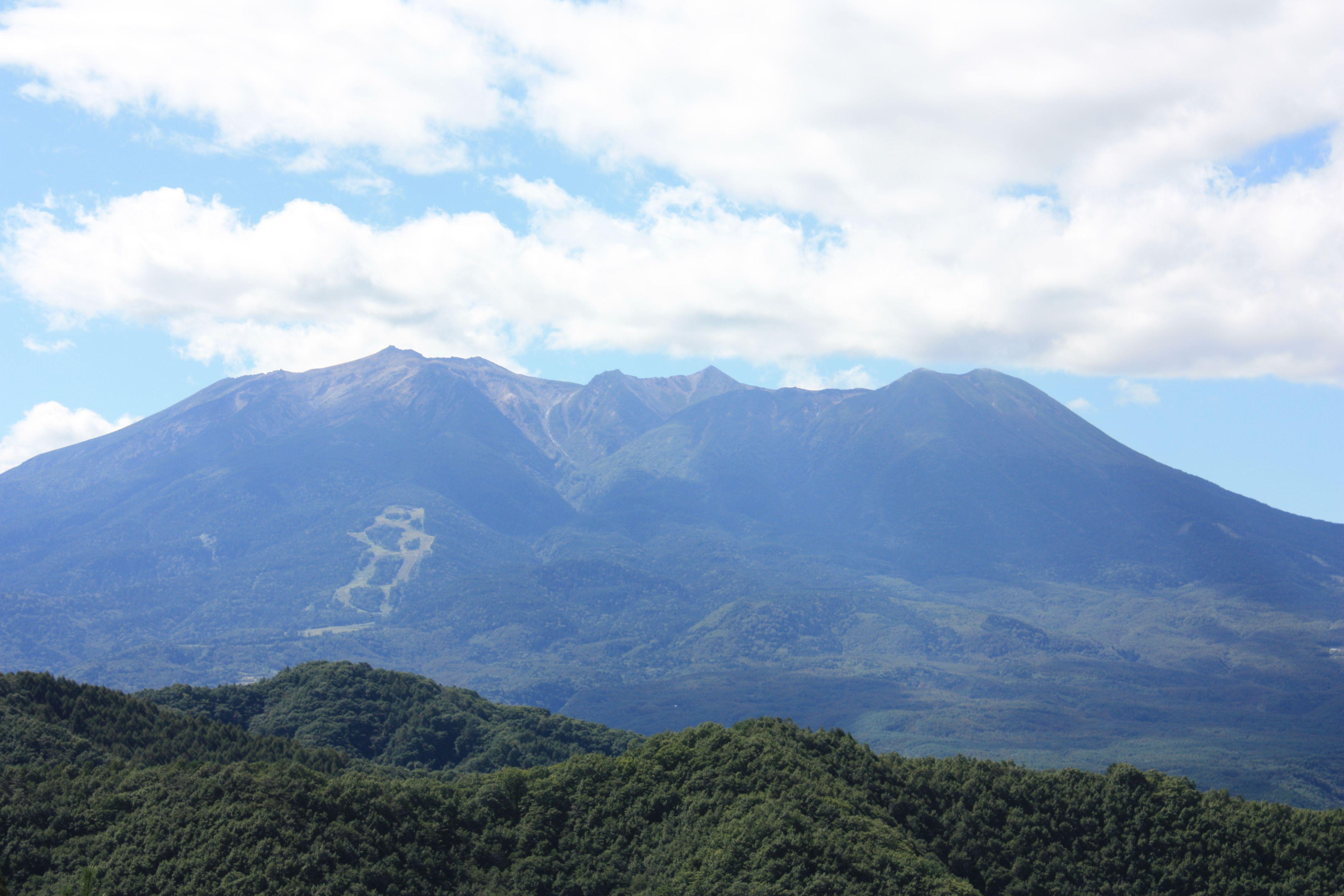 地蔵峠から見た御岳山