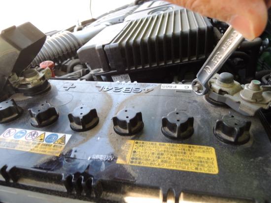 デミオ バッテリー交換マイナス端子1